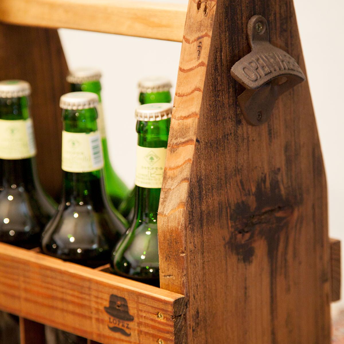 瓶ビールケース側面には栓抜き